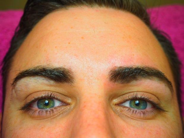 Diferencia entre ceja derecha depilada, y ceja izquierda sin depilar.