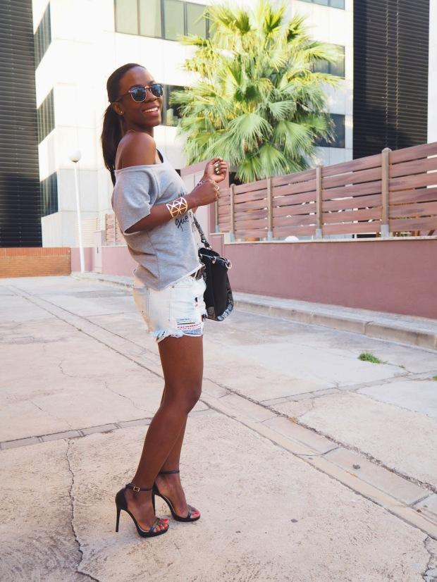 greysweatshirt_summeroutfit_highheels_blogger_adriboho_bohoclosetblog12