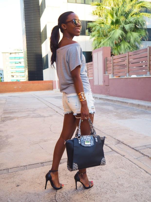 greysweatshirt_summeroutfit_highheels_blogger_adriboho_bohoclosetblog3