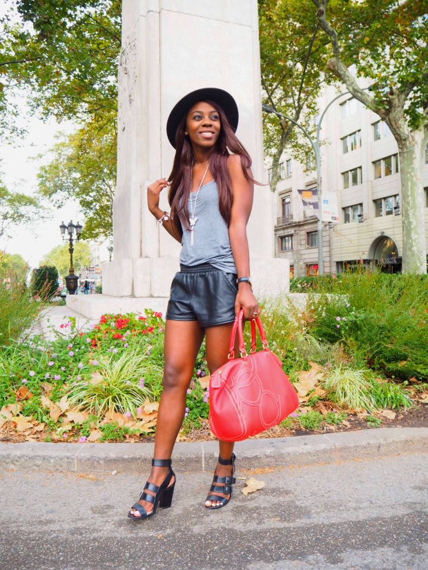 basic outfit_redbag_blogger_adriboho_greytee_blogger_bohoclosetblog