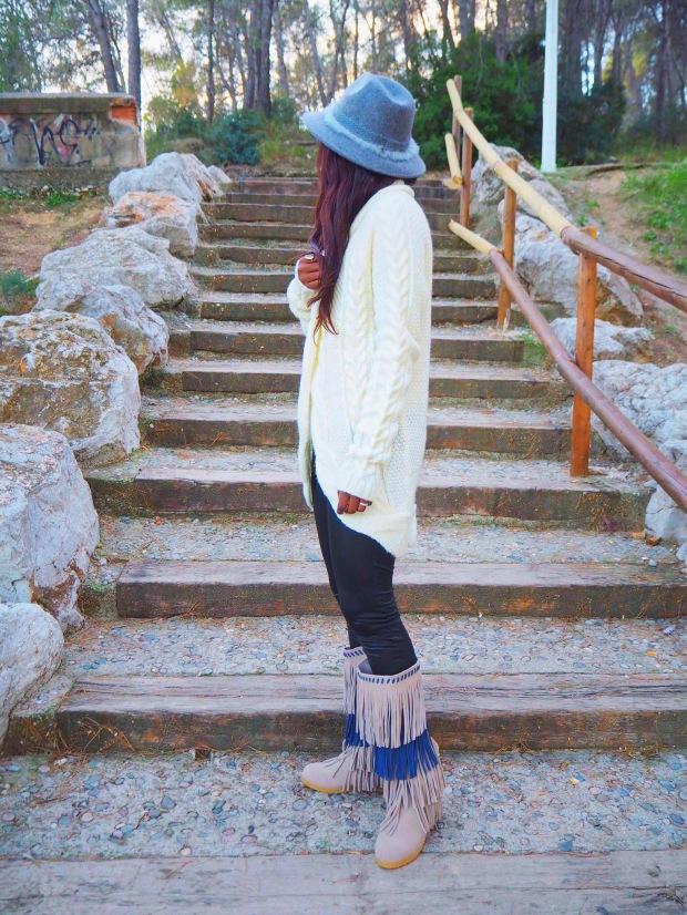 fringedboots_whitecardigan_greyhat_autumninspo_blogger_adriboho_bohostyle_bohoclosetblog3