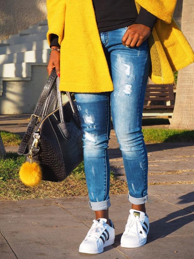yellowcoat_abrigoamarillo_ootd_inspo_blogger_adriboho_bohoclosetblog_adidassuperstar2
