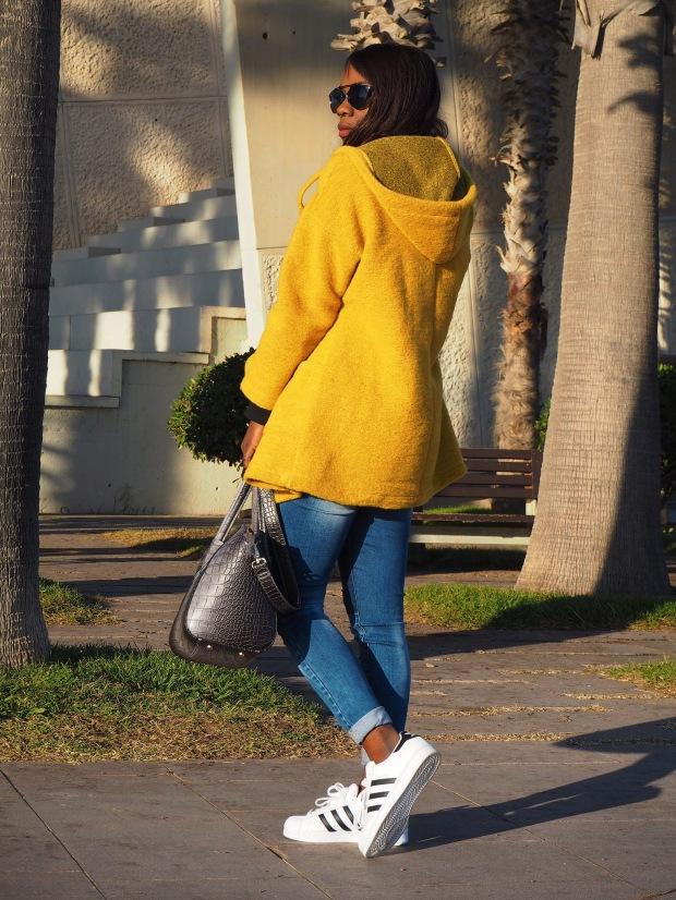 yellowcoat_abrigoamarillo_ootd_inspo_blogger_adriboho_bohoclosetblog_adidassuperstar6
